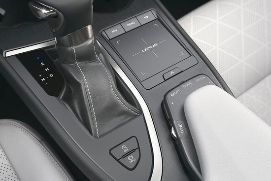 下方的空调和座椅功能控制区全部都设计成了实体按键,我个人是非常