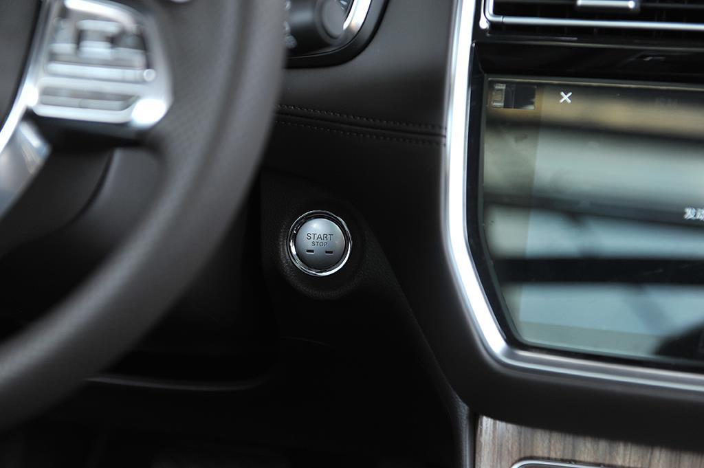 推荐两驱/四驱旗舰版 荣威RX8购车手册