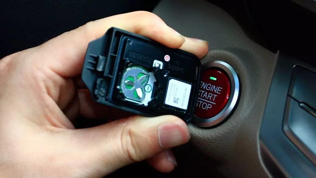 汽車洋蔥圈:必學技能!遙控鑰匙沒電,竟然可以這樣搞定!