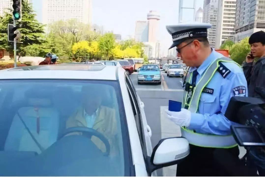 副駕駛不坐人罰款200元?交警:不扣分已經很客氣了
