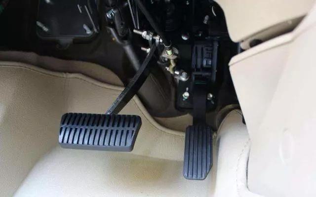 """新手駕駛手動擋,老司機常說的""""降檔補油""""你應該要知道"""