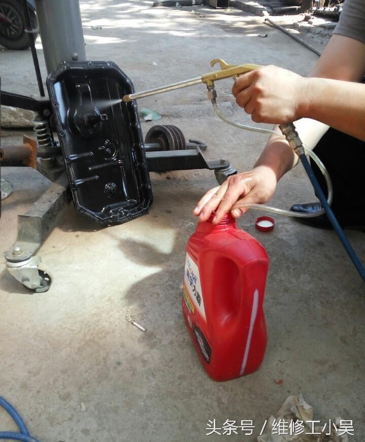 奧迪大修發動機后機油報警燈亮了,拆下油底殼才知道是怎么回事。