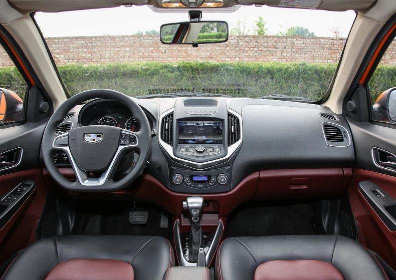 吉利功勛轎車,如今3萬多清倉,小型車身份配1.5L 5MT,代步神器