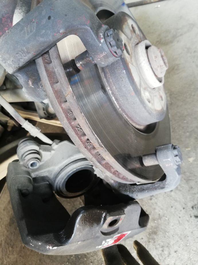 刹车片内外两片磨损厚度相差很大是咋回事?有什么后果吗?