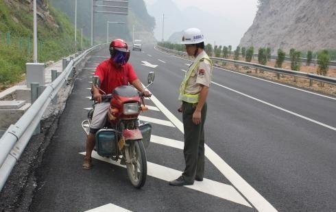 摩托车到底能不能上高速?内行人:这3个条件要满足