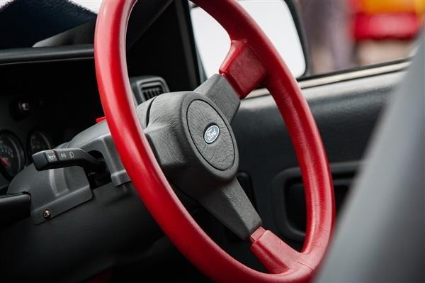 车辆路口转弯多少米敞开转向灯 没打转向灯怎样处分【轿车年代网】