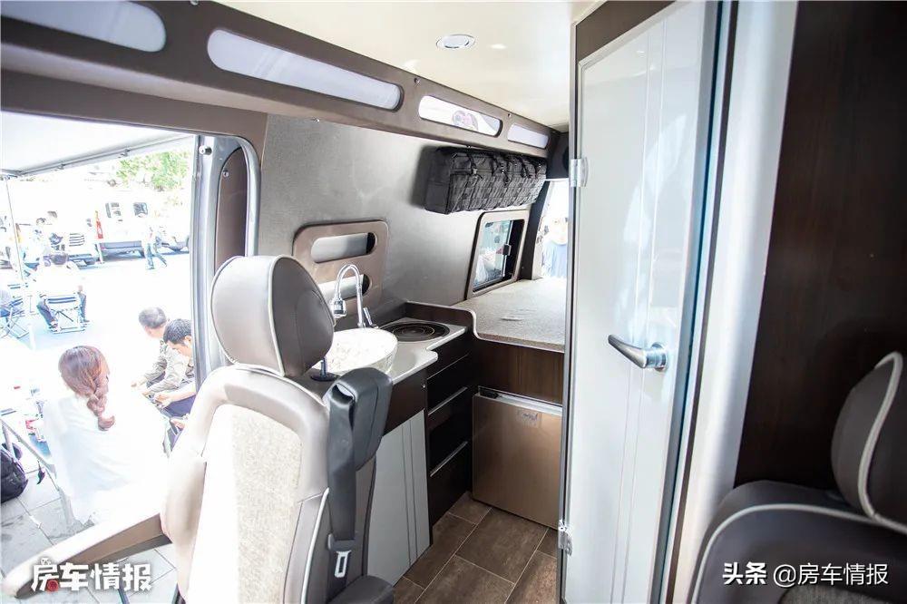 适合夫妻2人旅行的房车,带厨卫能吃住还可以代步,售价不足18万
